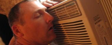 冷房の効いた部屋で寒いという人は服を着ればいいんじゃないでしょうか