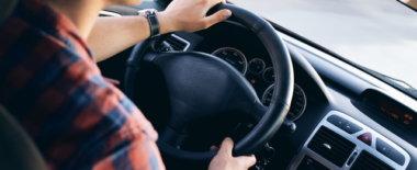 横暴・危険・無謀な運転をする車にはクラクションを鳴らすべきなのか